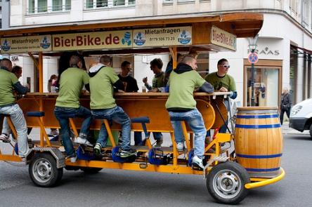 Hauptsache, es ist genug Bier da: Bierbike in Berlin (by Amy Dianna flickr.com)