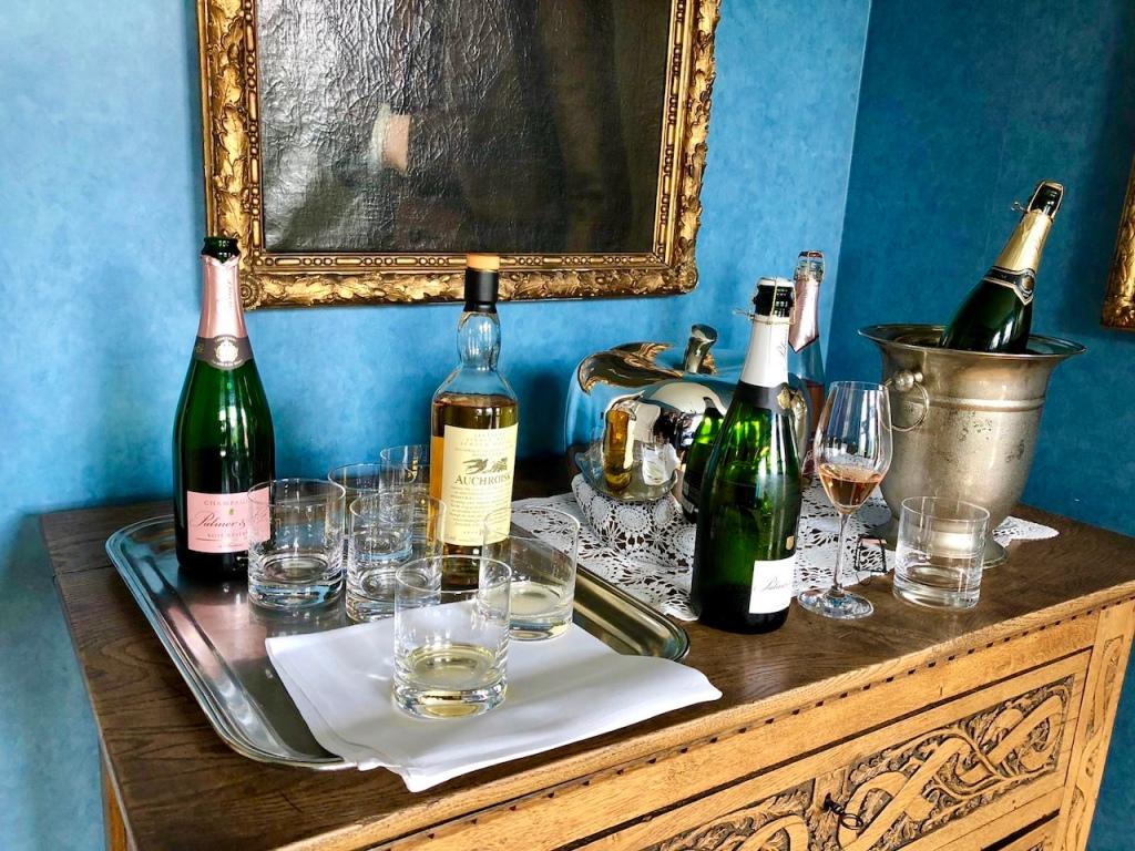 Champagner und Whiskey auf einer Anrichte.