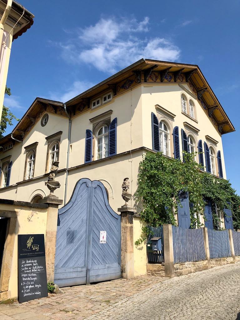 Die historische Weingutsanlage aus dem 17. Jahrhundert beherbergt heute das Weingut von Karl Friedrich Aust in Radebeul bei Dresden.