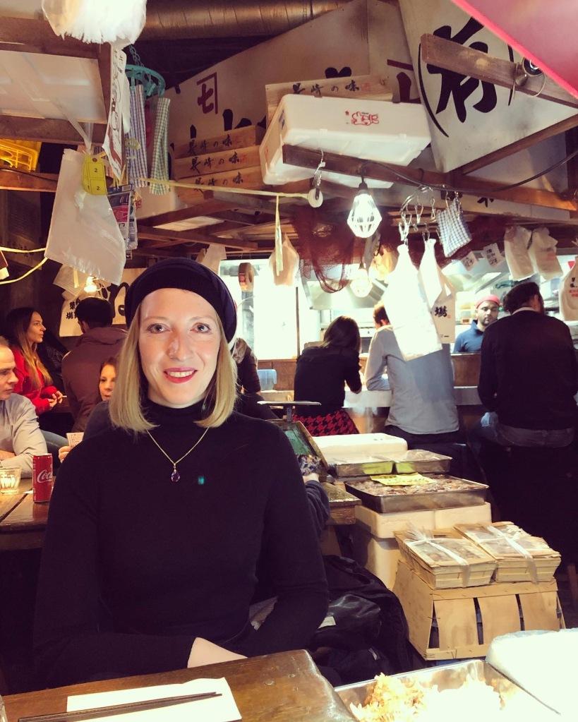 Im Kodawari Tsukij zwischen Kisten voller Meeresgetier.