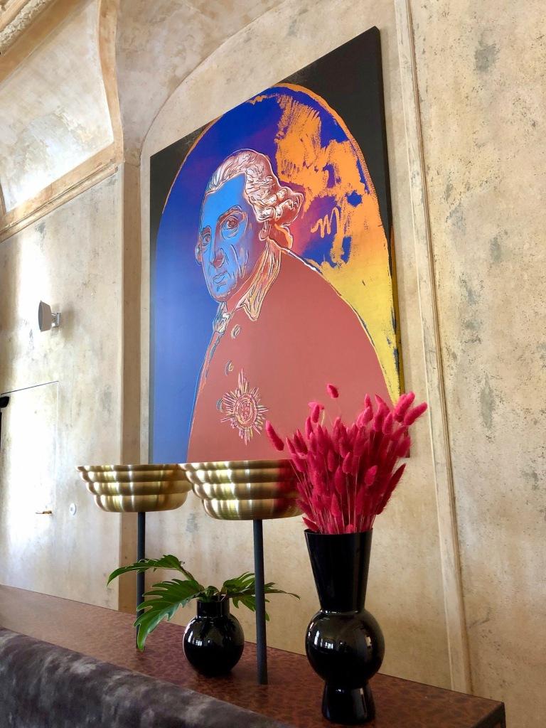 """Das Porträt Friedrichs des Großen von Andy Warhol aus dem Besitz von Günther Jauch im Salon """"Alter Fritz"""" der Villa Kellermann in Potsdam."""