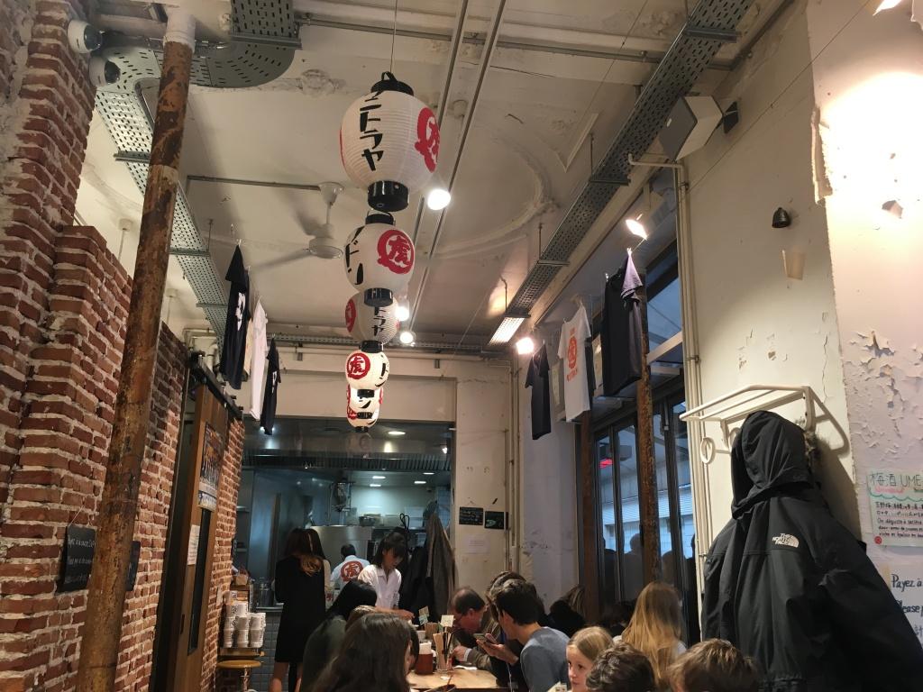 Essen an schlichten Holztischen: das Kunitoraya Udon Bistro in Paris