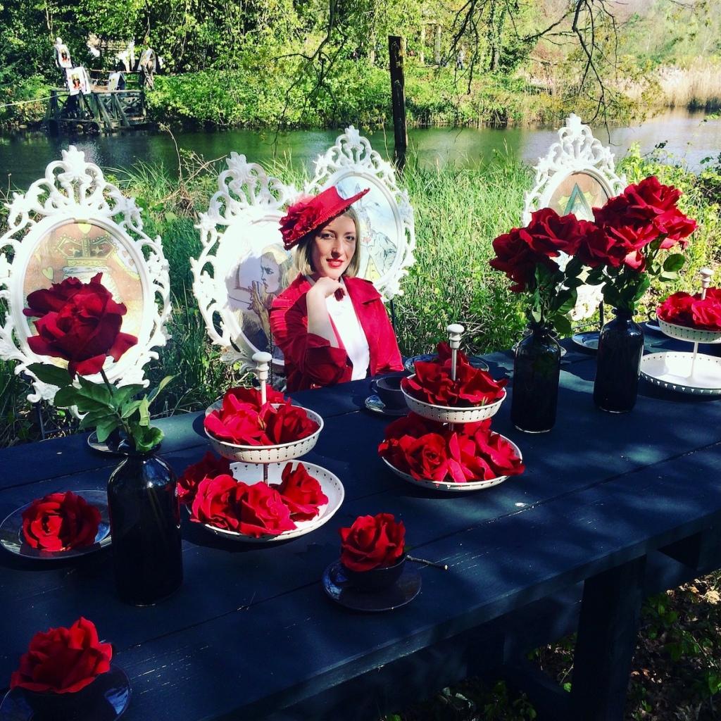 Rot in Rot: Farblich passende Kleidung zur Rosen-Dekoration der Tafel.