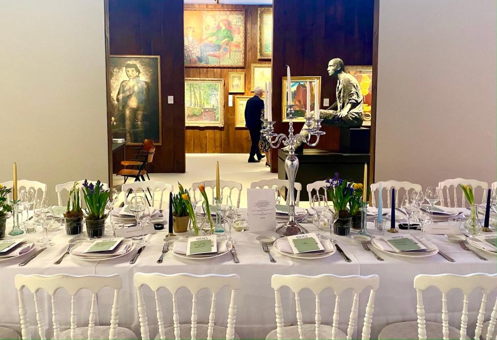 Gedeckter Tisch für ein Galadinner auf der Brafa in Brüssel.