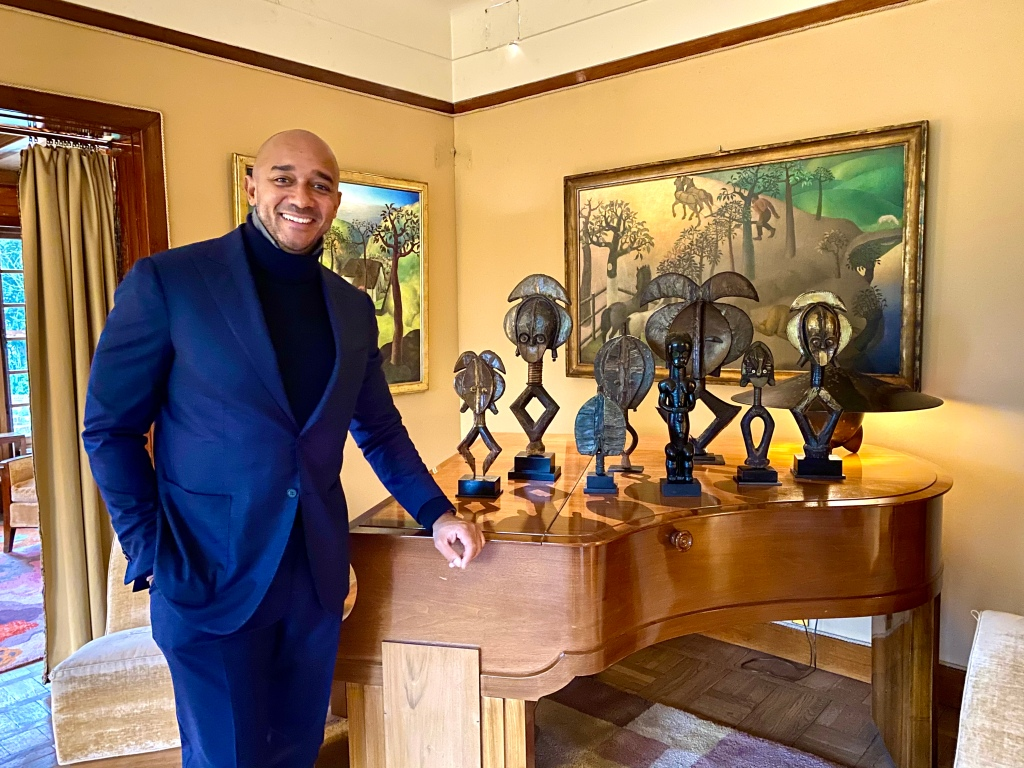 Didier Claes mit mehreren Kota-Reliquiarfiguren im Museum Van Buuren.