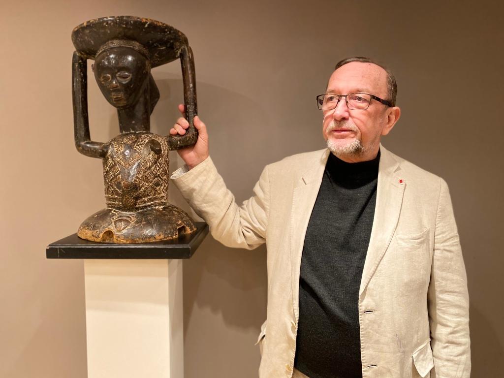 Von seinem Vater hat Didier Claes das Wissen über afrikanische Kunst: Patrick Claes mit einem Hocker der Hemba aus dem Kongo.